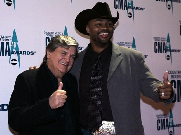 Foto de 6 de novembro de 2006 mostra Phil Everly, da influente dupla Ederly Brothers, e Cowboy Troy durante 40º CMA Awards, em Nashville (Foto: Chitose Suzuki/AP)