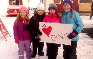 Crianças suecas com cartaz em homenagem ao Brasil - tour da taça suécia (Foto: Felipe Schmidt)
