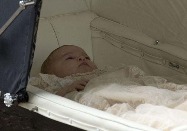 A princesa Charlotte é vista antes de seu batizado neste domingo (5) (Foto: Matt Dunham/AP)