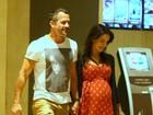Grávida, Kyra exibe a barriga em passeio com Malvino no shopping