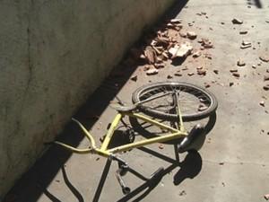 Bicicleta foi arremessada e ficou destruída após acidente (Foto: Reprodução/TV TEM)