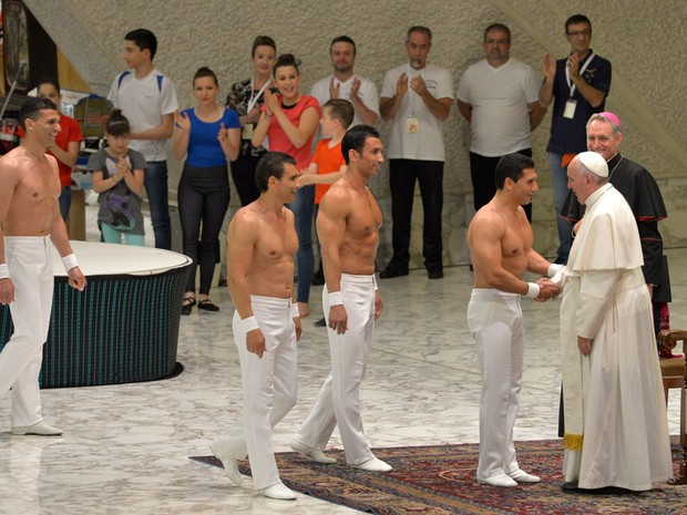 O Papa Francisco recebe acrobatas de circo em audiência no Vaticano (Foto: Andreas Solaro/AFP)