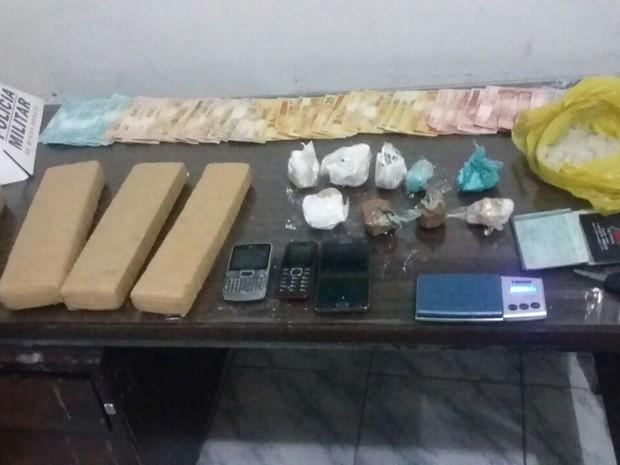 Drogas estavam escondidas no motor da caminhonete e seriam levadas para Águas Formosas (MG). (Foto: Polícia Militar/Divulgação)
