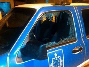 Viatura também foi alvo do ataque (Foto: Leandro Alves / Bahianamídia.com)