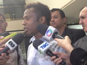 Ex-jogador Edílson depõe na sede da PF em Goiânia, Goiás, sobre fraudes em loterias (Foto: Vanessa Martins/G1)