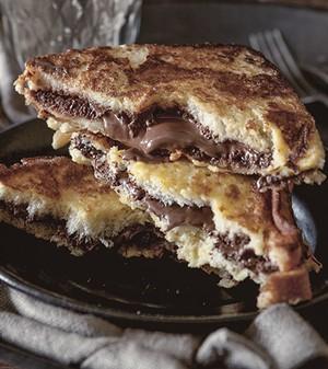 Para aqueles dias em que você precisa de um agrado: rabanada recheada com creme de chocolate e avelãs. Se quiser, adicione fatias de banana ou morango ao recheio (Foto: Ulrika Ekblom/StockFood)