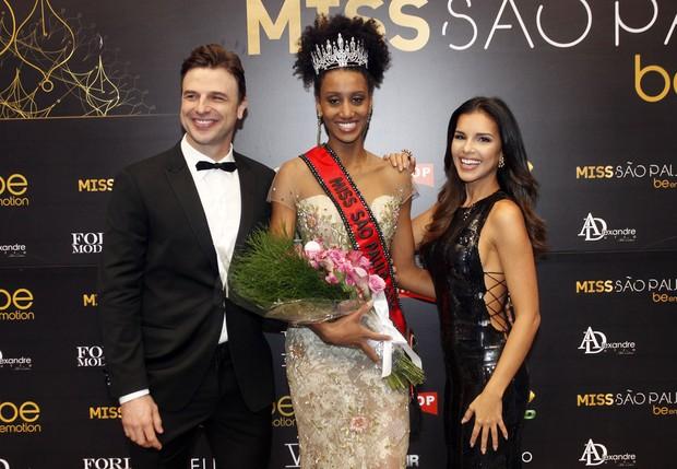 Sabrina de Paiva, Miss São Paulo 2016, entre Cássio Reis e Mariana Rios (Foto: Celso Tavares/EGO)