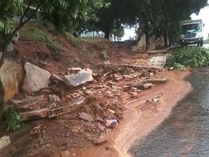 Força da chuva derrubou o muro da escola em Estrela do Norte (Foto: Milton Ferreira Ferro/Cedida)