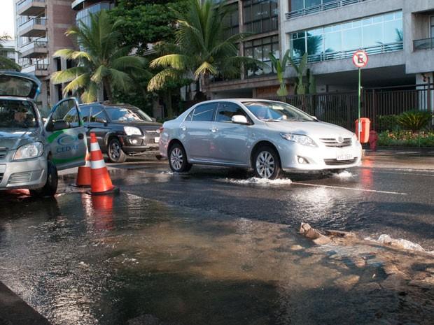 Vazamento da CEDAE deixa a Avenida Vieira Souto alagada na pista interna, próximo a Rua Garcia D´Ávila em Ipanema, Zona Sul do Rio de Janeiro (Foto: ERBS JR./Estadão Conteúdo)