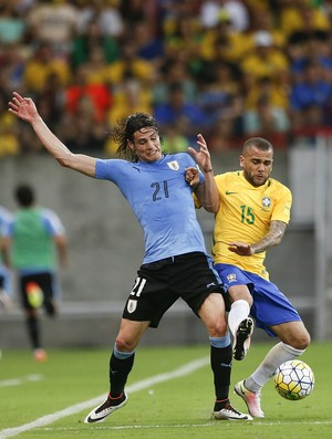 Daniel Alves Cavani Brasil Uruguai (Foto: AP)