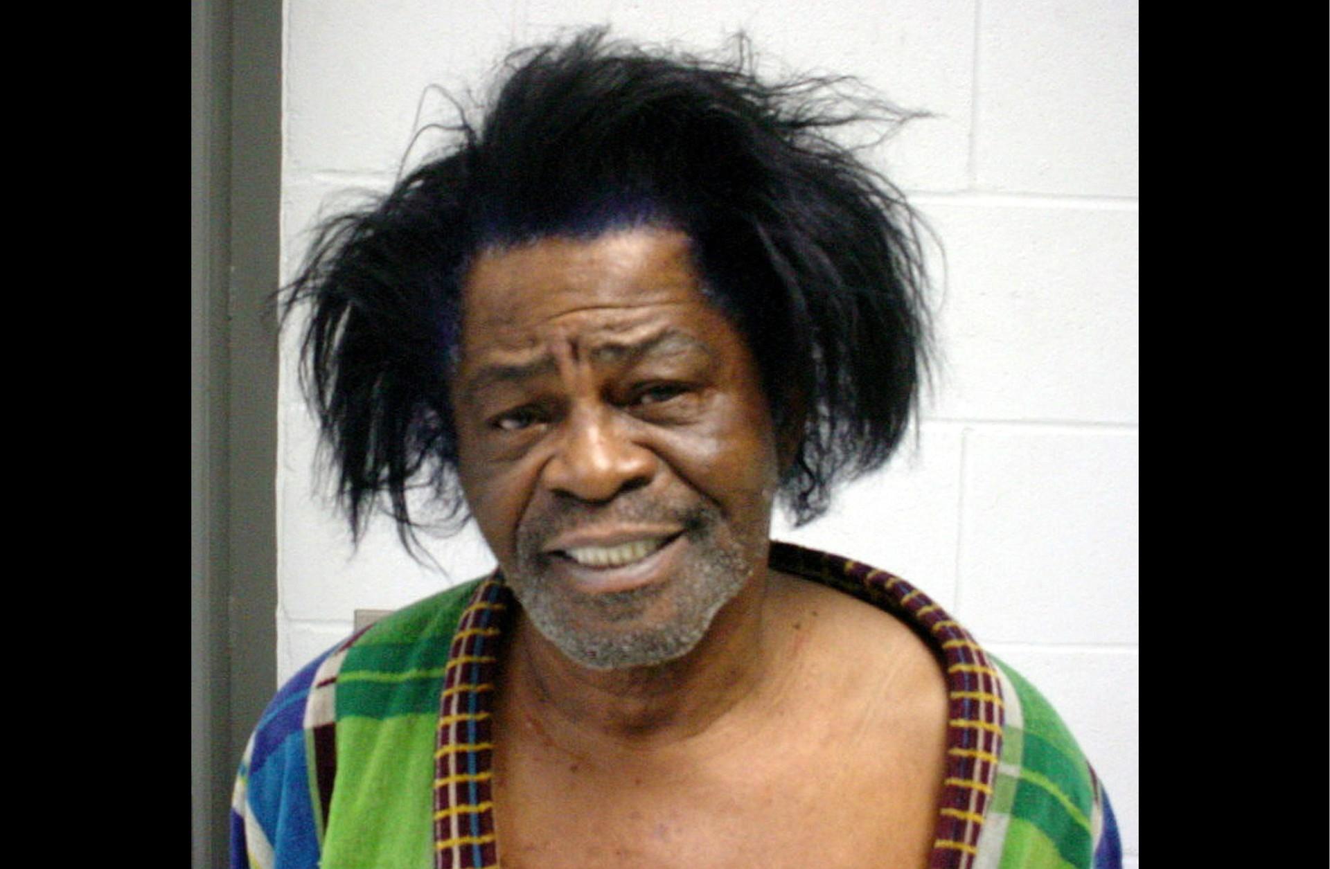 James Brown em janeiro de 2004 (quase três anos antes de morrer). Acusação: espancar a esposa. (Foto: Divulgação)