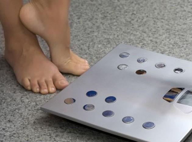 Quando a relação com o peso e a comida sai do controle, pode sinalizar um transtorno alimentar (Foto: Thinkstock)