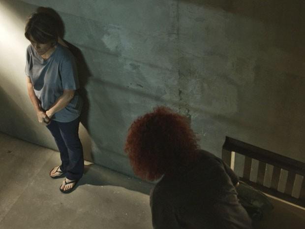 A empresária devide cela com presa encrenqueira (Foto: TV Globo)