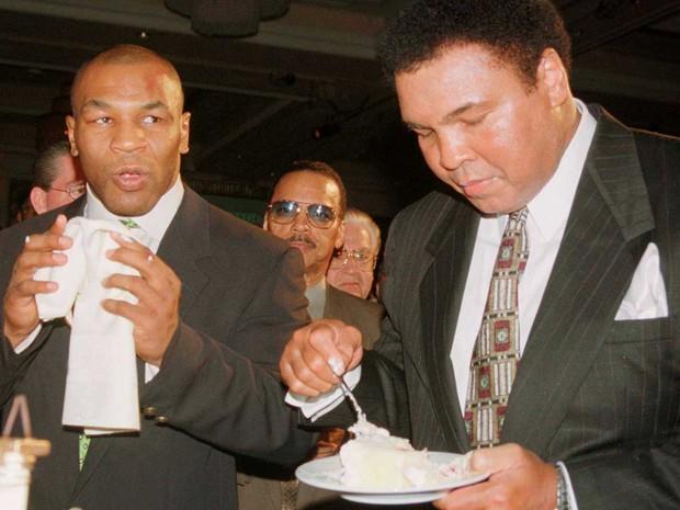 Fazendo um lanche ao lado de Mike Tyson, em Las Vegas, em 1999 (Foto: Teddy Blackburn / Arquivo / Reuters)