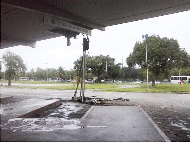 Parte do teto do Terminal Rodoviário de João Pessoa desabou  (Foto: Carla Janaína Ferreira Nobre/Arquivo Pessoal)