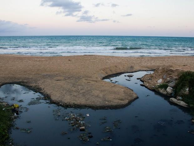 Praias sofrem com a ação do esgoto (Foto: Jonathan Lins/G1)