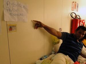 Homem internado no corredor do Hospital Walfredo Gurgel faz protesto (Foto: Ricardo Araújo/G1)