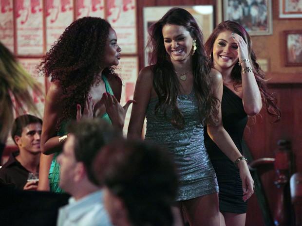Bruna se diverte nos bastidores com Aimée e Lucy (Foto: Salve Jorge/TV Globo)