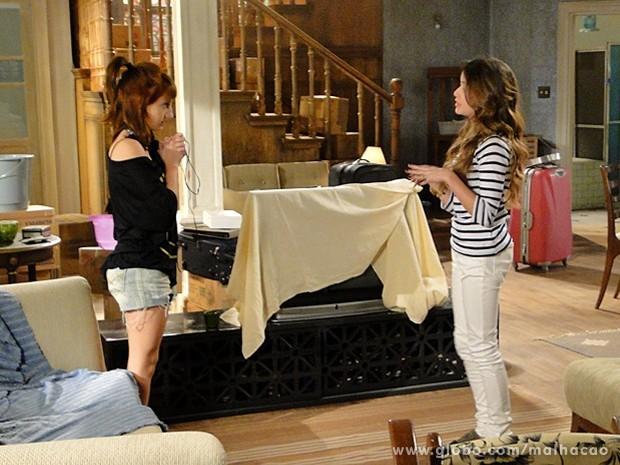 Flaviana aceita ajuda de Giovana para bombar sua festa (Foto: Malhação / TV Globo)