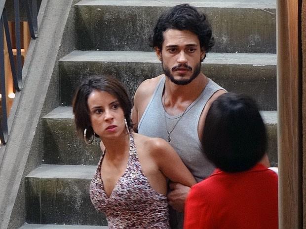 Josué aparta briga, mas não gosta do que escuta (Foto: Amor Eterno Amor/TV Globo)