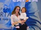 Flávia Monteiro embarca com a filha, Sophia, e esbanja simpatia