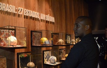 Ex-lateral Gilberto visita Museu da CBF e encontra atletas da base do Vasco
