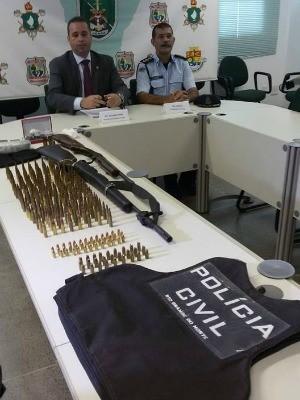 Com o suspeito foi apreendida um rifle (Foto: Polícia Civil/Divulgação)