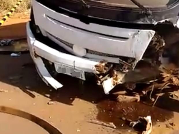 Micro-ônibus que transporta trabalhadores ficou destruído (Foto: Divulgação/Polícia Militar)