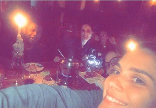Carolina Dieckmann faz selfie em noite de fondue