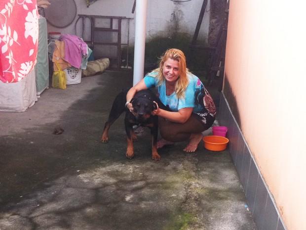 Saphira e a dona, Jaqueline, que a salvou do incêndio em Caxias (Foto: Luís Bulcão / G1)