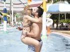 Antônia Fontenelle e Jonathan Costa curtem parque aquático em Fortaleza