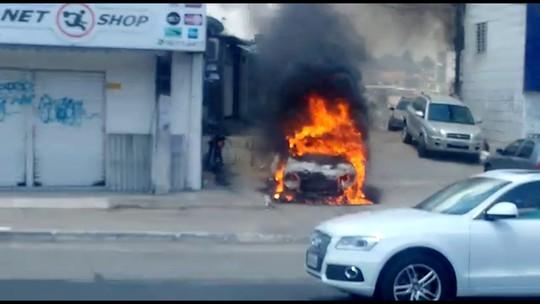 Vídeo mostra carro pegando fogo após ser atingido por fio de alta tensão