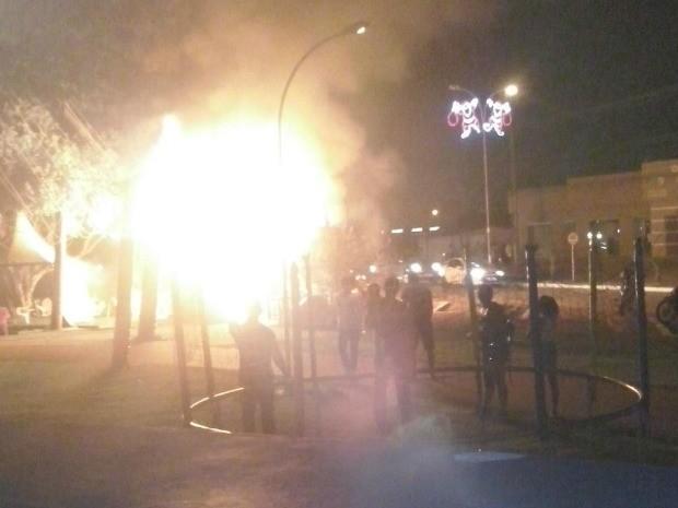 Fogo começou por volta das 19h e destruiu todo local (Foto:  Ivon Camillo/Alerta Notícias )