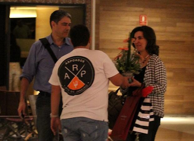 Fátima recebe flores (Foto: Ag News)