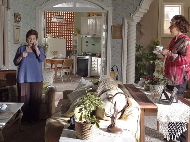 Áurea não perde tempo e conta para Érica que Théo está solteiro (Foto: Salve Jorge/TV Globo)