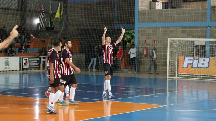 Léo Bomfim comemora um dos gols da vitória do São Paulo/Bauru (Foto: Estevão Rinaldi /FIB/SPFC)