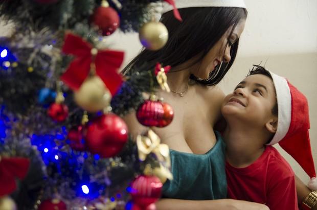 Jennifer de paula e o filho, Brandon (Foto: Rodrigo Garcia/Divulgação)