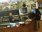 Dono de lanchonete na Nova Zelândia vira herói ao ignorar assaltante e servir cliente