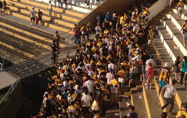 Torcedores do Criciúma deixam o estádio Heriberto Hülse (Foto: João Lucas Cardoso, globoesporte.com)