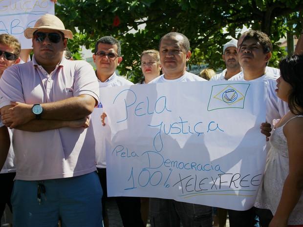 Divulgadores do Telexfree confeccionaram cartazes para a manifestação (Foto: Jonathan Lins/G1)