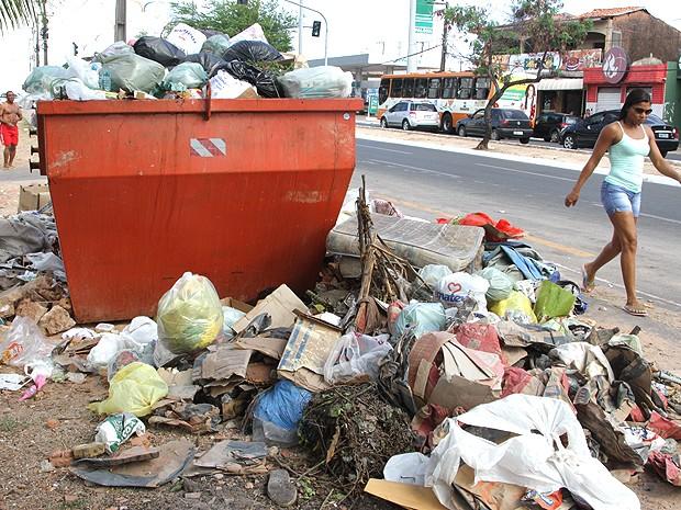 Lixo não é retirado das ruas desde segunda-feira (7) (Foto: De Jesus / O Estado)