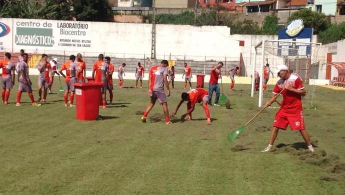 Jogadores Guarani-MG grama 3 (Foto: Ricardo Welbert/GE)