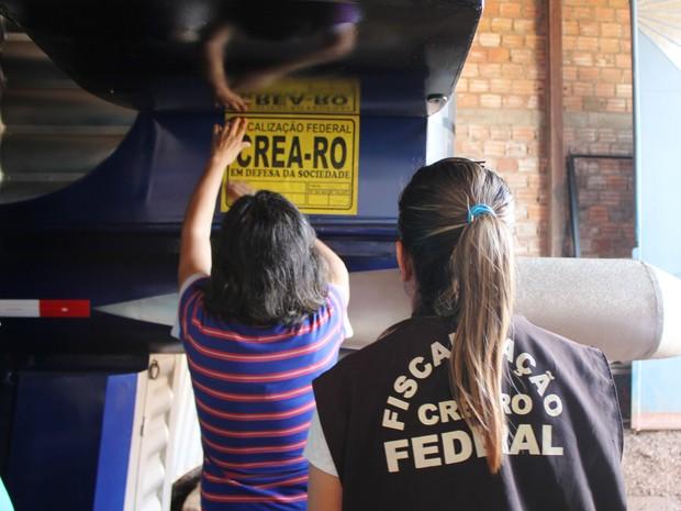 Fiscais do Crea aprovam caminhão com trio elétrico (Foto: Ivanete Damasceno/G1)