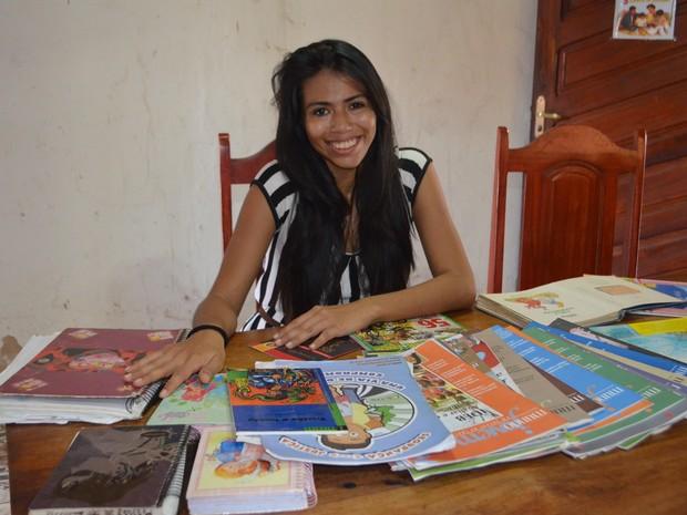Andria Sá com os livros e diários que a acompanharam por toda a vida (Foto: John Pacheco/G1)