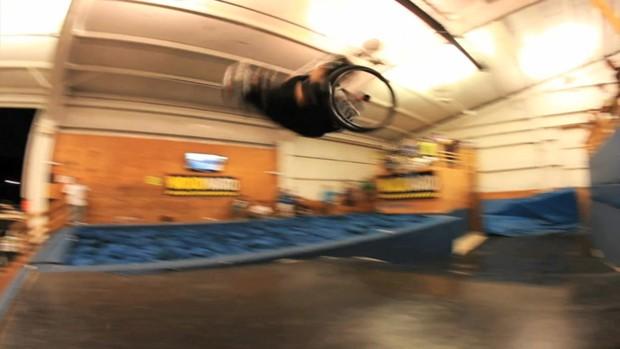 """Aaron """"Wheelz"""" Fotheringham tem 22 anos e faz manobras radicais com a cadeira de rodas (Foto: BBC)"""