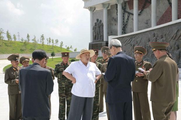 O ditador da Coreia do Norte, Kim Jong-um, visita o Museu Sinchon de Atrocidades dos EUA na Guerra da Coreia, construído em pleno centro de Pyongyang, em foto divulgada nesta quinta-feira (23) (Foto: KCNA/Reuters)