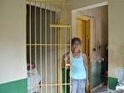 Família mora em posto policial desativado (Aline Nascimento/G1)