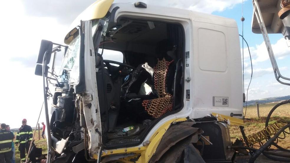 Frente do caminhão ficou destruída após acidente na SP-310  (Foto: Fábio de Souza/EPTV)
