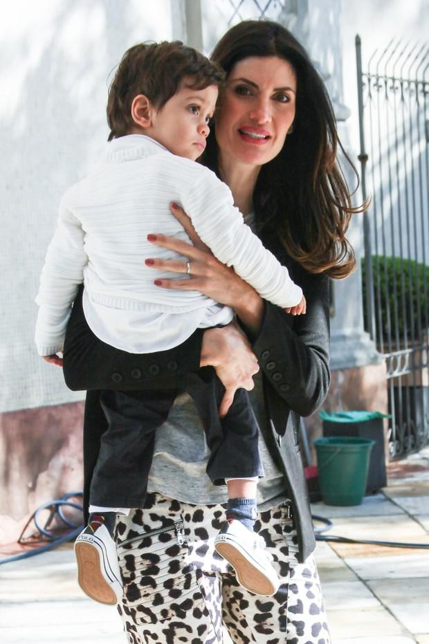 Isabella Fiorentino com o marido e os trigemeos (Foto: Manuela Scarpa /Foto Rio News)