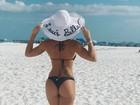 Bella Falconi posa com a filha na praia e exibe bumbum perfeito: 'Feliz sexta'